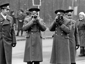 Russian photographers at Berlin wall